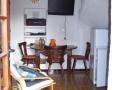 gelijkvloers-huisje-wouter-plasmascherm-tafel-koelkast